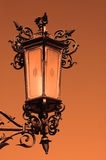 De lantaarn van de straat tijdens zonsondergang stock foto