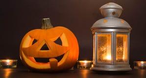 De Lantaarn van Halloween Jack o, onder de herfstbladeren Stock Afbeelding