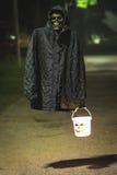 De lantaarn van Halloween van de schedelgreep op de weg Royalty-vrije Stock Fotografie