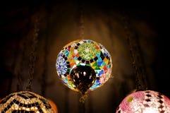 De lantaarn van het kleurenglas in dark Stock Afbeelding