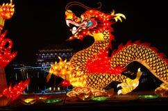 De lantaarn van het nieuwjaar toont de draaktotem stock foto's