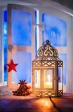 De lantaarn van Kerstmis in venster royalty-vrije stock fotografie