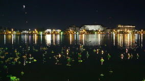 De lantaarn van Loy Kratong Festival en van de Hemel die in Thailand wordt gevierd stock video