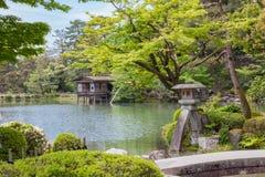 De Lantaarn van de steen in Japanse Tuin stock fotografie
