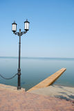 De lantaarnpaal en het meer van de straat Stock Foto's