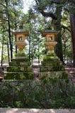 De lantaarns bij weg gaan naar Kasuga-Heiligdom stock afbeeldingen