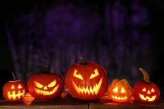 De Lantaarns van Halloween Jack o bij nacht tegen een griezelige achtergrond royalty-vrije stock afbeelding