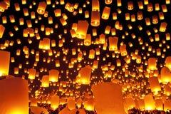 De lantaarnsfestival Loy Krathong, Thailand van de hemel Stock Foto's