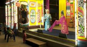 De Laotiaanse jonge geitjes letten op een Chinese opera tonen in Vientiane, Laos stock fotografie