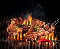 De lapjes vlees van de rundvleesrib op de grill stock afbeeldingen
