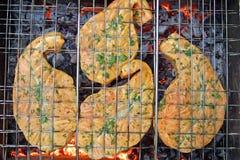 De lapjes vlees van de zalm op een grill Stock Foto's