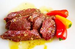De lapjes vlees van elanden in marinade Stock Afbeeldingen
