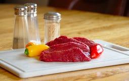 De lapjes vlees van elanden, ruw met peper Stock Foto