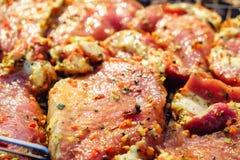 De lapjes vlees van het rundvleesvlees Verse ruwe varkensvleeshals voor lapje vlees met kruidkruiden op een barbecuegrill royalty-vrije stock foto