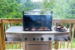 De lapjes vlees van het varkensvlees bij de gasgrill Stock Afbeelding