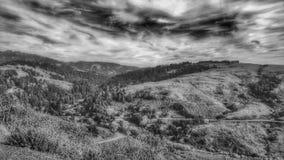 De largo y camino de enrollamiento Carretera de la montaña de la montaña y del valle foto de archivo