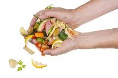 De las manos de las caídas de los residuos orgánicos del cocinero Foto de archivo
