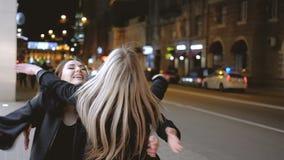 De las muchachas de la noche calle de encuentro feliz de los amigos hacia fuera almacen de metraje de vídeo