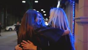 De las muchachas de la noche luces de encuentro felices de la ciudad de la calle hacia fuera almacen de metraje de vídeo
