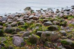 De las piedras mar en tierra Fotos de archivo libres de regalías