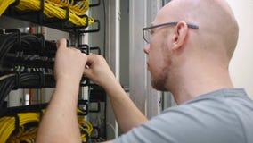 De las TIC del ingeniero del enchufe cable de Ethernet hacia fuera almacen de metraje de vídeo