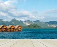 De las vacaciones del comienzo concepto aquí, piso de madera de la perspectiva con la casa flotante de madera hermosa en la vista Imagen de archivo libre de regalías