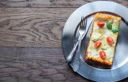 De lasagna's op het metaal plateren: hoogste mening Stock Foto