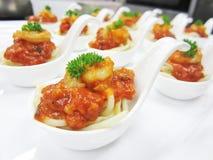 De lasagna's van spaghettigarnalen in witte lepel Stock Afbeelding