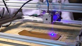 De laser doet de gravure op de huid stock videobeelden