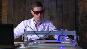 De laser doet gravure op de huid De exploitant van de lasermachine stock videobeelden