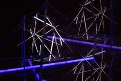 De laser toont, de binnenlandse lichten van de nachtclub, gloeiende lijnen, abstracte fluorescente achtergrond stock foto