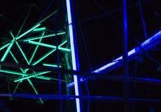 De laser toont, de binnenlandse lichten van de nachtclub, gloeiende lijnen, abstracte fluorescente achtergrond stock fotografie