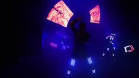 De laser toont prestaties, dansers in kostuums met LEIDENE lamp, de zeer mooie partij van de nachtclub stock video