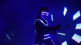 De laser toont prestaties, dansers in kostuums met LEIDENE lamp, de zeer mooie partij van de nachtclub stock footage