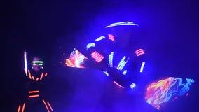 De laser toont prestaties, dansers in kostuums met LEIDENE lamp, de zeer mooie partij van de nachtclub stock videobeelden