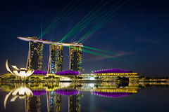 De laser toont van Singapore Marina Bay Sand en Tuin door de Baai Stock Afbeeldingen