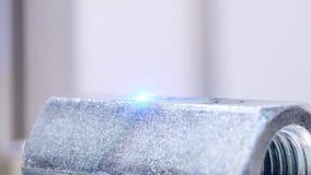 De lasermachine maakt gravure de machine van de lasergravure maakt een inschrijving op een metaaldeel stock video