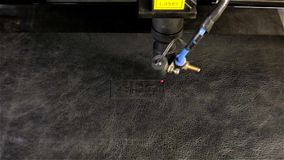 De laserstraal sneed woordhuid stock video