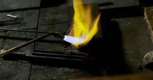 De lassentoorts wordt gebruikt om juwelen in workshop 4k te smelten stock footage