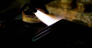 De lassentoorts wordt gebruikt om juwelen in workshop 4k te smelten stock video