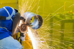 De lassenvakman die de staalbuis malen Stock Fotografie