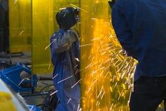 De lassenvakman die de staalbuis malen Stock Foto's
