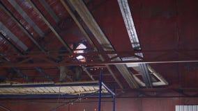 De lasser last metaalbouw in de hangaar stock footage