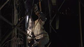De lasser last staalkader in fabriek stock video