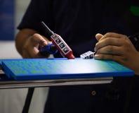 De lasser stelt lassensimulator in werking stock foto