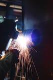 De lassers werken in de fabriek stock afbeelding