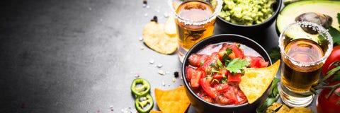 De Latijns-Amerikaanse saus van de voedselpartij guacamole, salsa, spaanders en tequi Stock Afbeelding