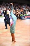 De Latijnse vrouwendanser in een dans stelt Stock Foto's