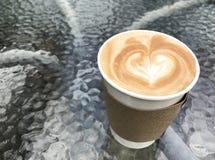 De Lattekoffie haalt, document kop weg Stock Foto's