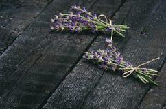 De lavendel bloeit, rozemarijn, munt, thyme, melissa met oude schaar op een zwarte houten lijst Gebrand Hout Kuuroord en schoonhe Royalty-vrije Stock Foto